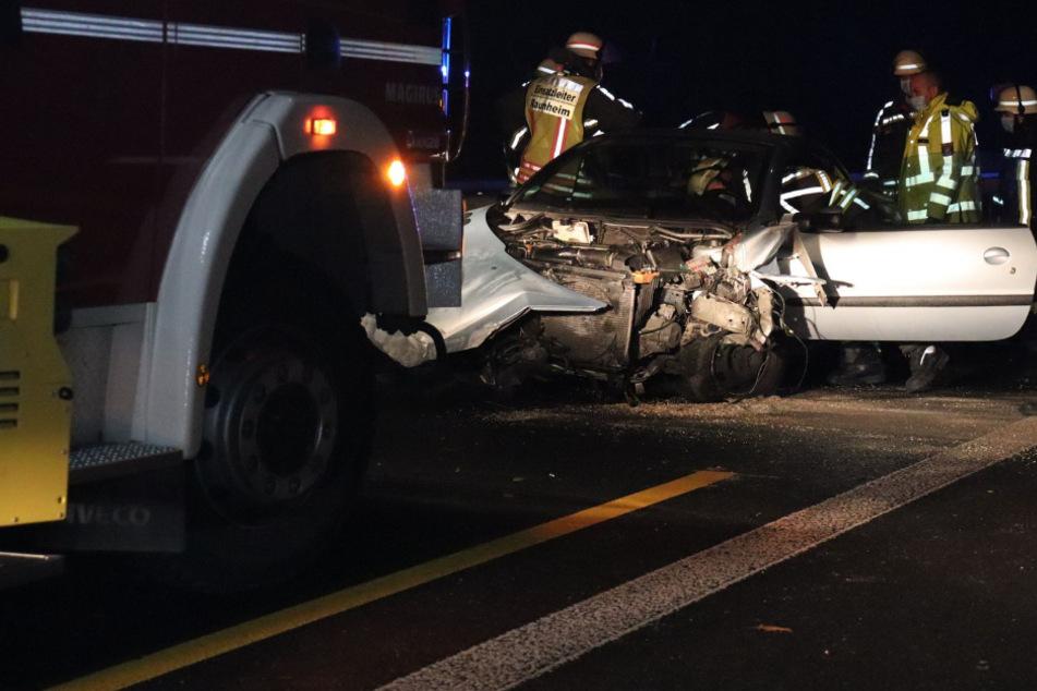 Peugeot kracht auf A67 in Baustelle: Beide Insassen flüchten zu Fuß