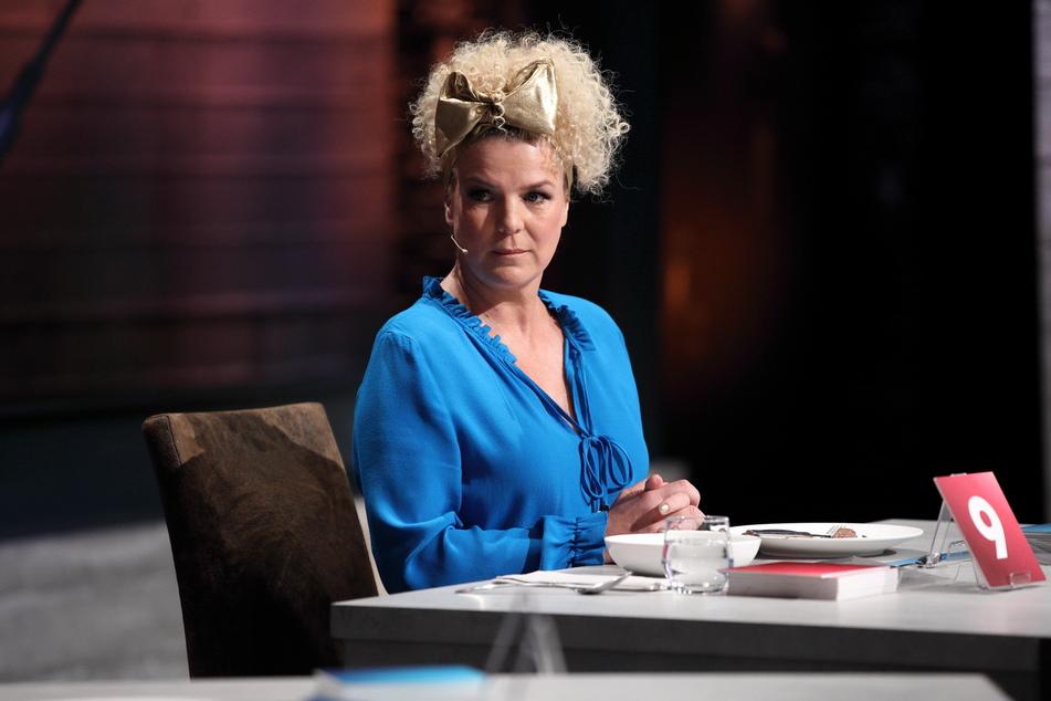 Auch eine Fliege veredelte bereits die Frisur von Mirja Boes.