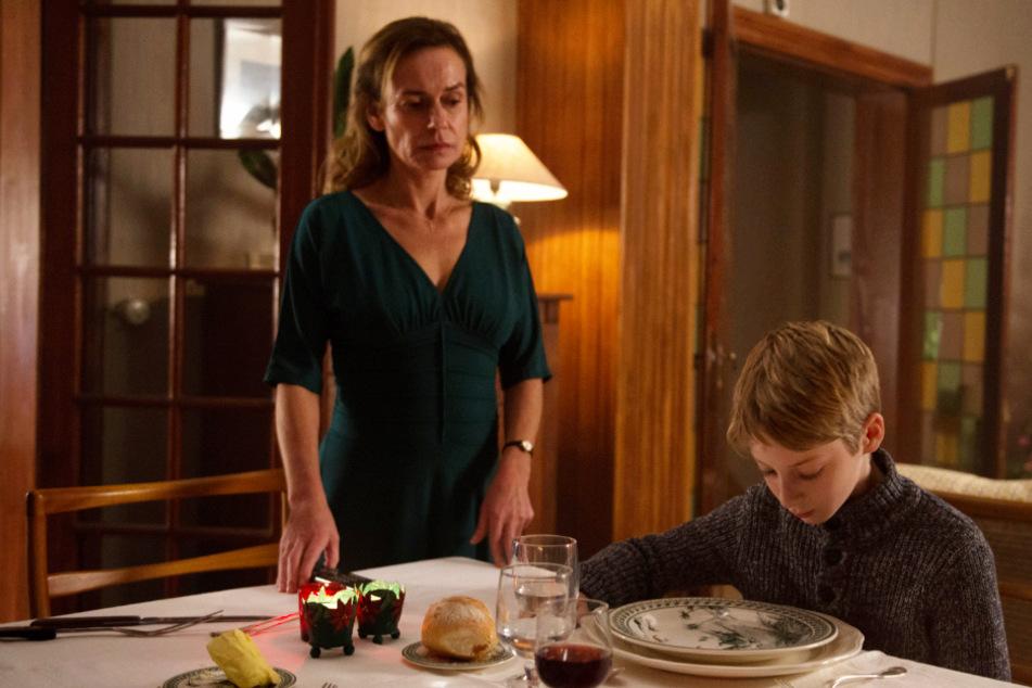Antoines (r., Jeremy Senez) Mutter Blanche Courtin (Sandrine Bonnaire) merkt schnell, dass etwas mit ihrem Sohn nicht stimmt. Doch wie groß die Probleme des bekümmerten Jungen wirklich sind, weiß sie nicht.