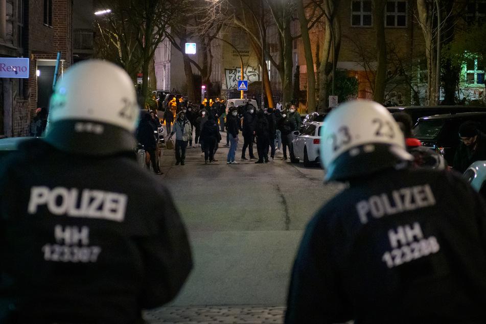 Hamburg: Proteste gegen Ausgangssperre arten aus: Polizei greift ein!