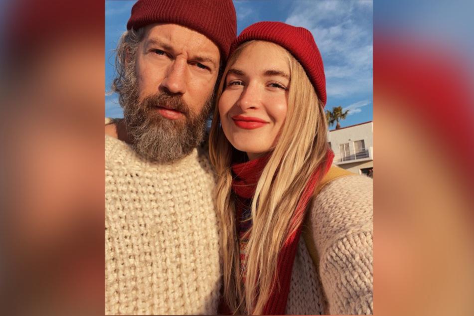 Charlotte (28) und Felix (42) lernten sich über Tinder kennen.
