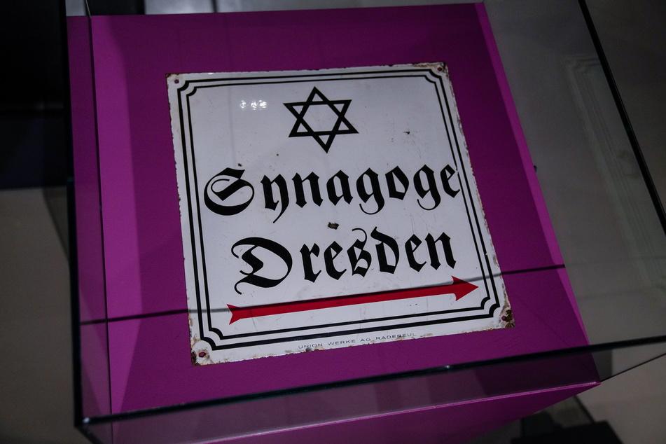 Dieses Schild wies den Weg zur Synagoge (1840 eingeweiht) der jüdischen Gemeinde in Dresden.