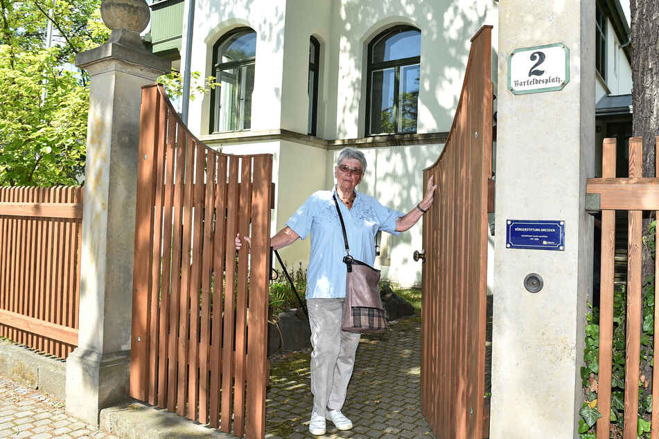 Rosemarie Fischer hat Zaunfelder und ein neues Tor für die Bürgerstiftung in ihrem Heimatbezirk Blasewitz gespendet.