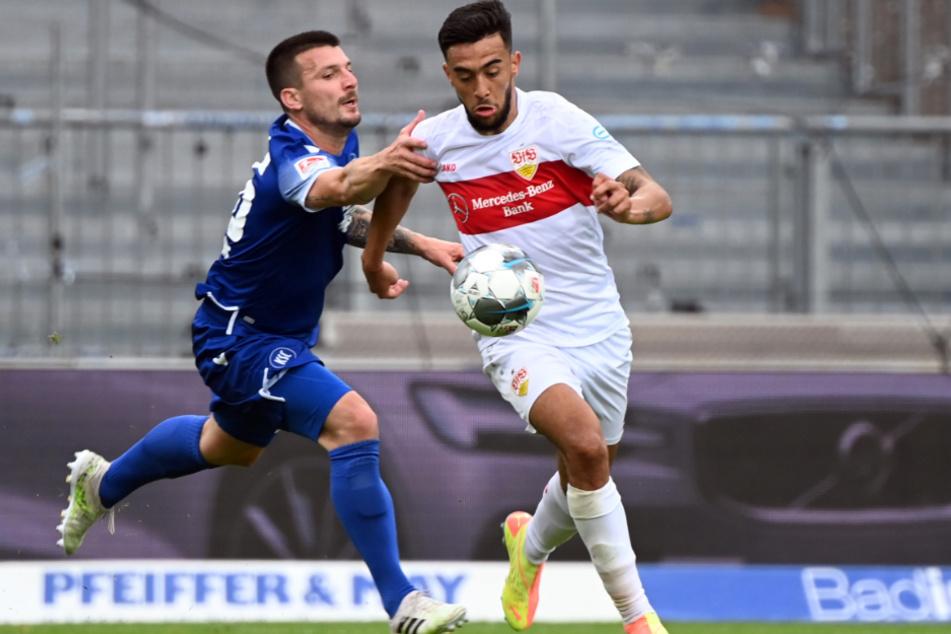 Karlsruhes Jerome Gondorf (l.) und Stuttgarts Nicolas Gonzales im Zweikampf.