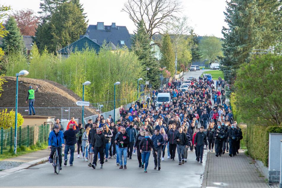 Etliche Corona-Demonstranten spazierten am Sonntagabend durch Zwönitz.