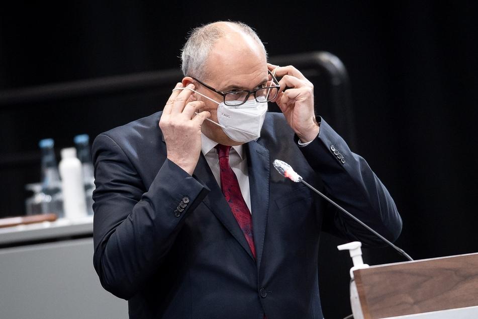 Andreas Bovenschulte (55, SPD), Bürgermeister von Bremen, setzt sich einen Mund-Nasen-Schutz auf, nachdem er bei einer Sondersitzung der Bremischen Bürgerschaft zu neuen Corona-Maßnahmen gesprochen hat.