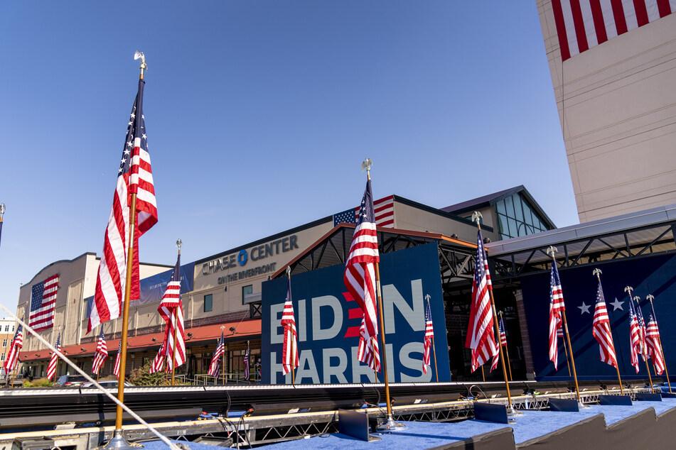 Wilmington: Blick auf die Bühne vor dem Chase Center, an dem der designierte Präsident J. Biden am Abend des 7. November 2020 sprechen wird.