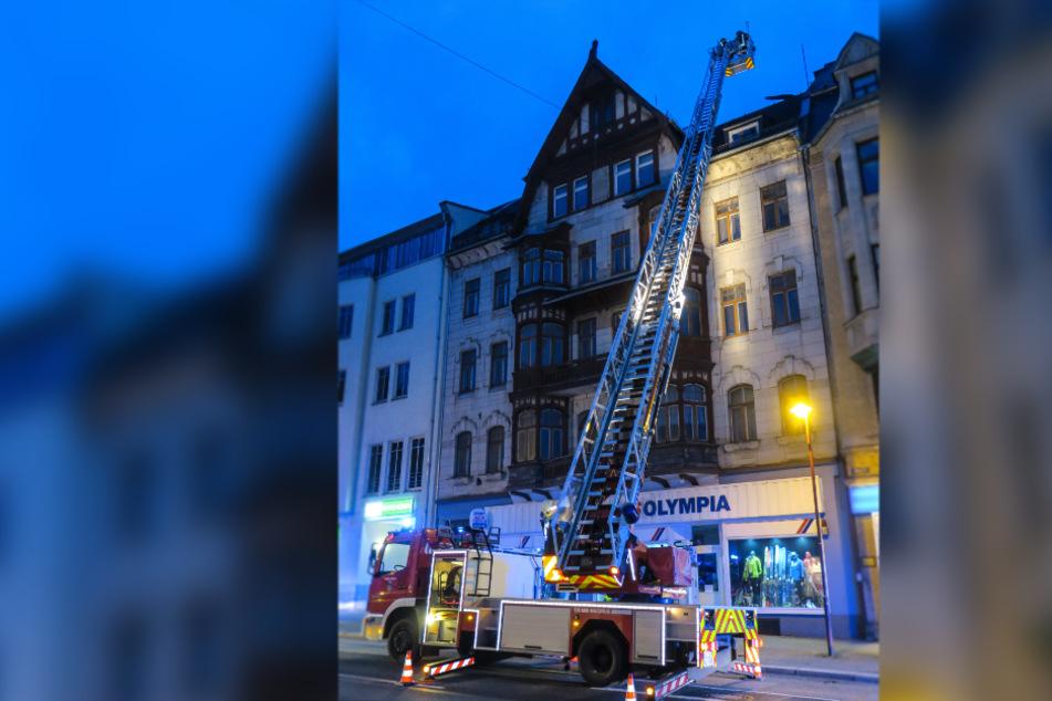 Ein rund drei Meter langes Trittbrett drohte von dem Dach auf die Straße zu stürzen.