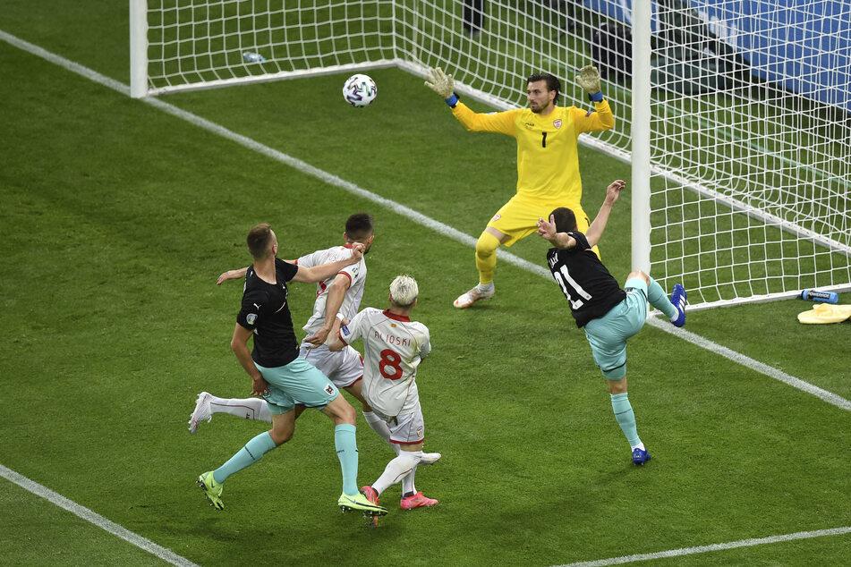 Österreichs Führung: Borussia Mönchengladbachs Stefan Lainer (r.) hebt den Ball gefühlvoll an Torhüter Stole Dimitrievski vorbei zum 1:0 in die Maschen.