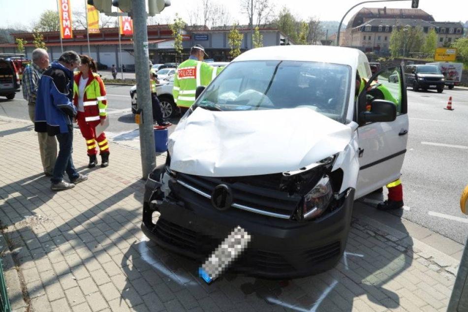 Kreuzungscrash! Mazda kracht in VW Caddy