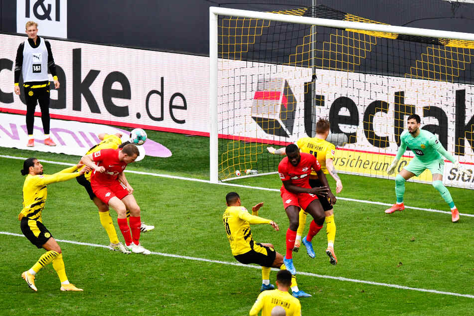 Lukas Klostermann (4.v.l.) macht es mit seinem Kopfballtor zum 1:2-Anschluss für RB Leipzig noch einmal spannend.