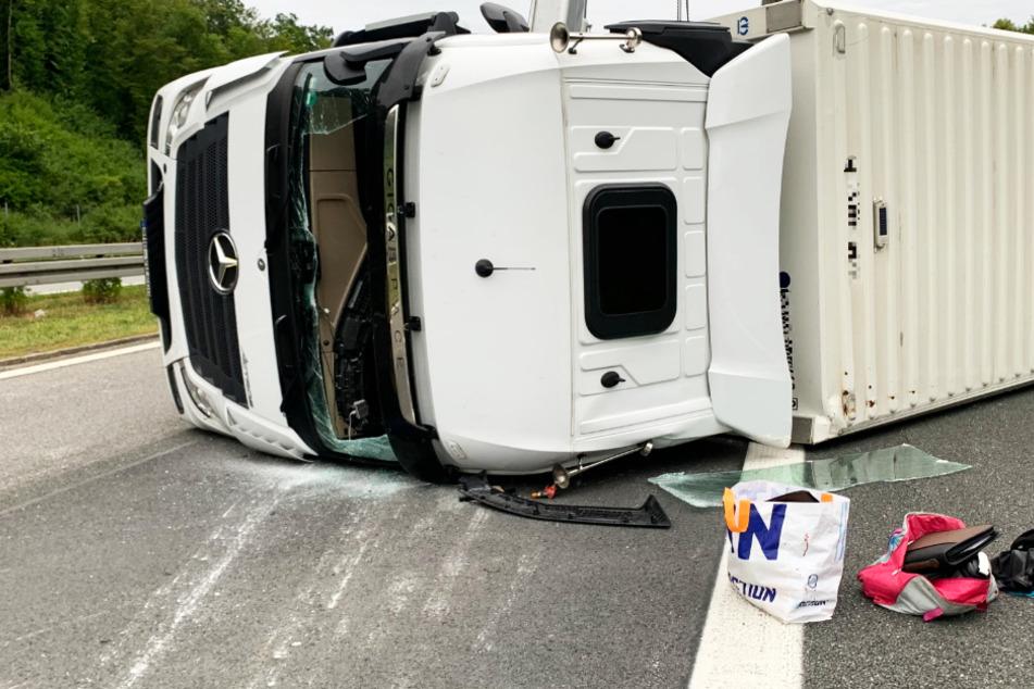 Lastwagen kippt um und blockiert Autobahn am Mittwochmorgen
