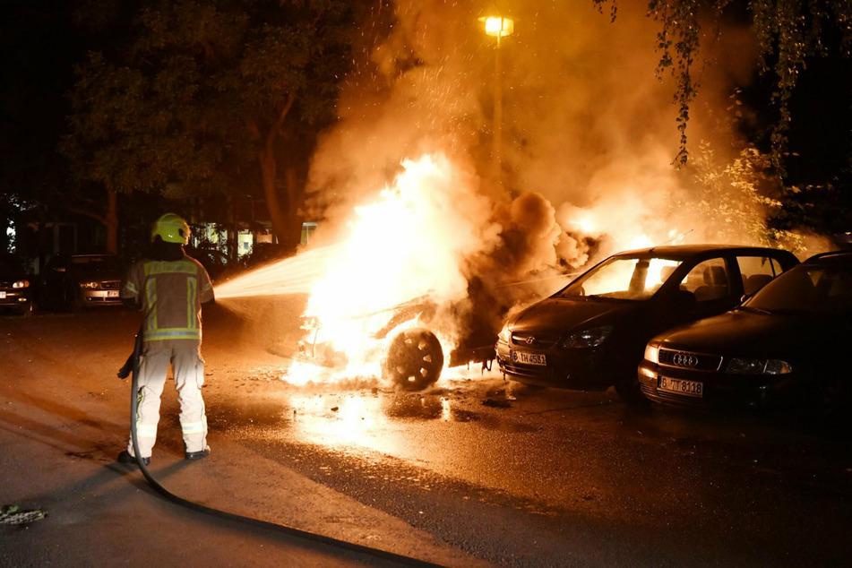 Berlin: Drei Autos gehen in Flammen in auf: Polizei vermutet Brandstiftung