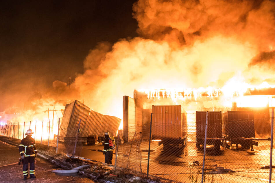 Flammen schlagen aus der brennenden Lagerhalle in Hamburg.