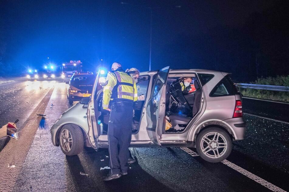 Die Polizei konnte den Fahrer des silberfarbenen Mercedes nach einem Unfall auf der A1 fassen.
