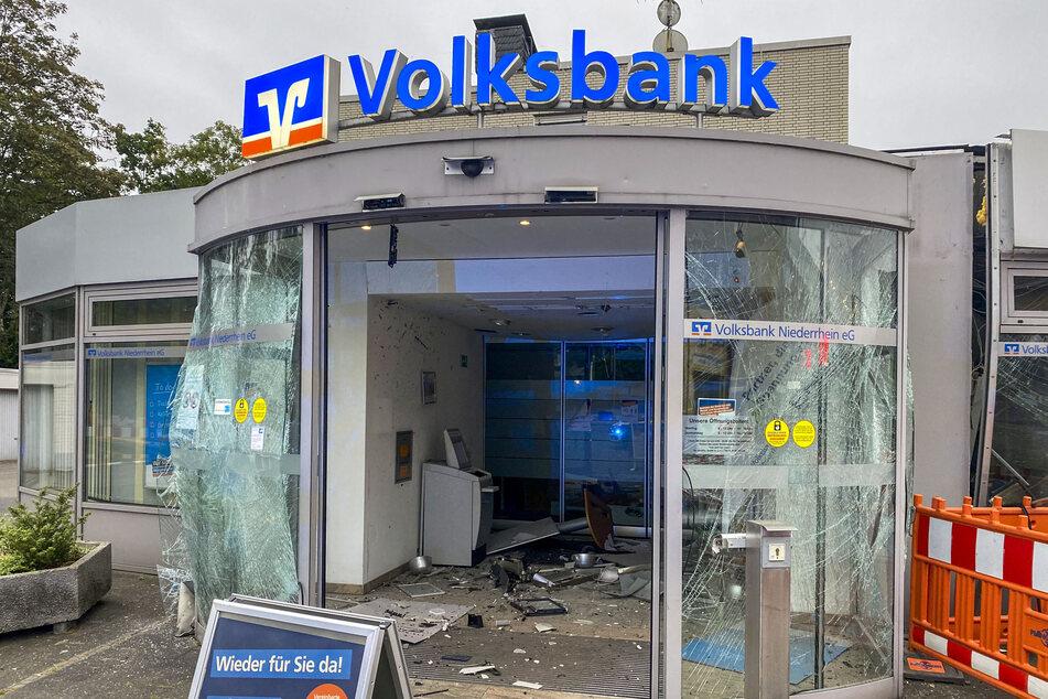 Volksbank-Filiale zerfetzt, Täter rasten in dunkler Limousine davon