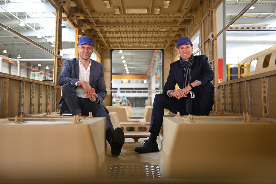 Die DVB-Vorstände Lars Seiffert (52, l.) und Andreas Hemmersbach (53, l.) im April in der damals noch unfertigen neuen Bahn. Am 2. und 3. Oktober kann man das fertige Modell besichtigen und Probe sitzen.