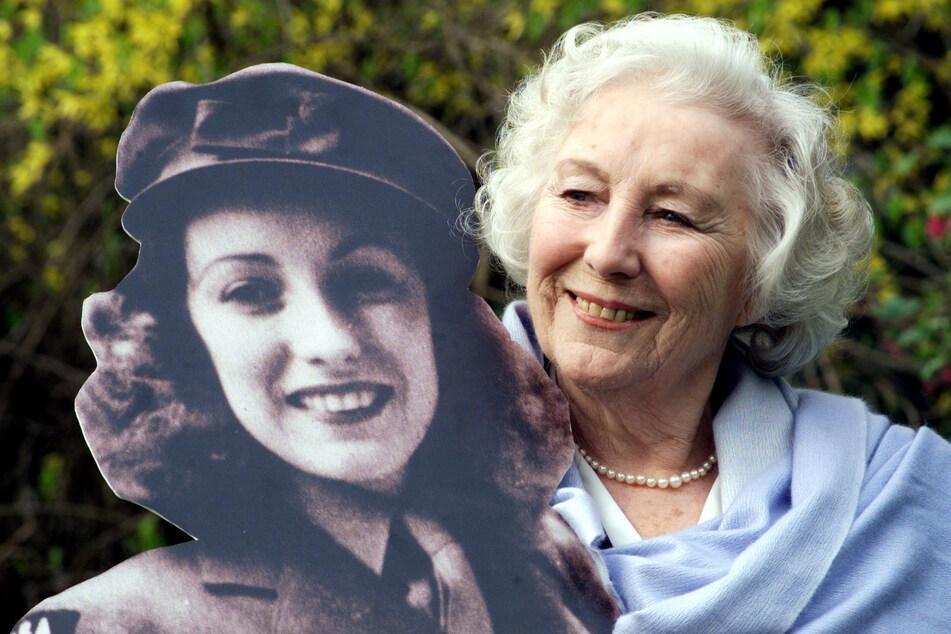 März 2000 in London: Die frühere britische Schlagersängerin Vera Lynn steht im Garten des Hotels Savoy, nachdem sie in der landesweiten Umfrage zur Persönlichkeit des Jahrhunderts ernannt wurde. Lynn ist im Alter von 103 Jahren gestorben.