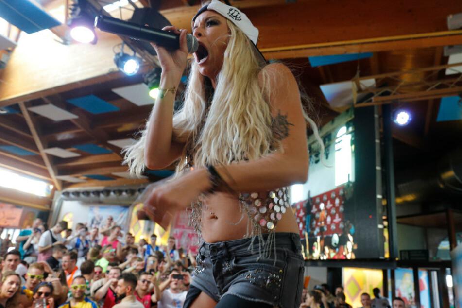 Die deutsche Sängerin Mia Julia (34) bei einem Auftritt im Bierkönig.