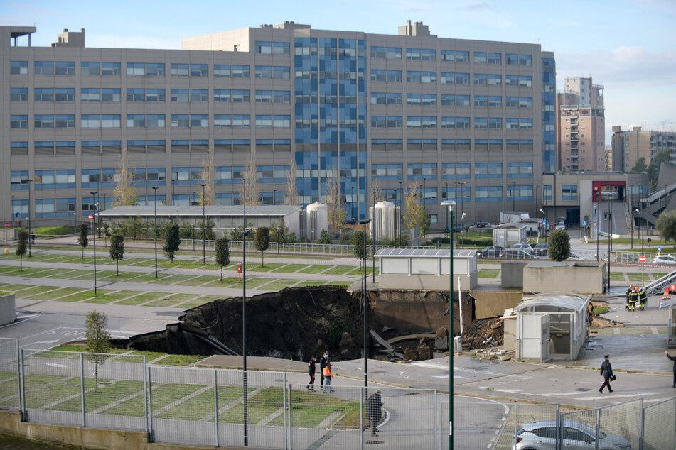 In der süditalienischen Stadt Neapel ist der Parkplatz eines Krankenhauses zusammengebrochen und hat mehrere Fahrzeuge in einem Loch versinken lassen.