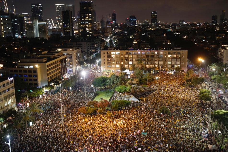Israel, Tel Aviv: Teilnehmer einer regierungskritischen Demonstration stehen auf dem Rabin-Platz.