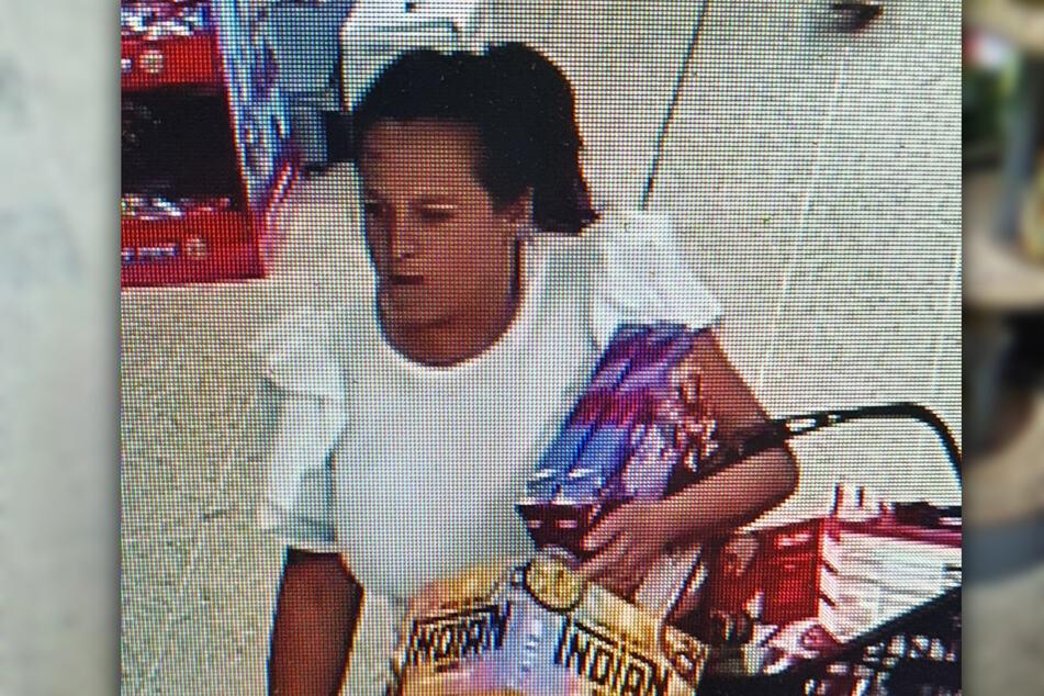 Könnte diese Frau auch etwas damit zu tun haben? Während eine 56-Jährige bereits von der Polizei festgenommen werden konnte, wird derzeit noch nach dieser Dame gesucht.