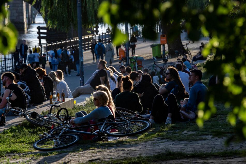 Zahlreiche Menschen genießen am Abend im Monbijoupark die untergehende Sonne