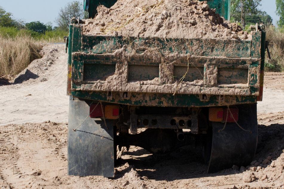 Beim Auskippen im Ortsteil Grasheim war der vordere Bereich des Lastwagens zu nah an die Leitung gekommen. (Symbolbild)