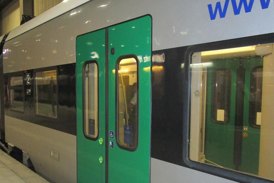 Bei der Attacke wurde eine Seitenscheibe der Regionalbahn beschädigt.
