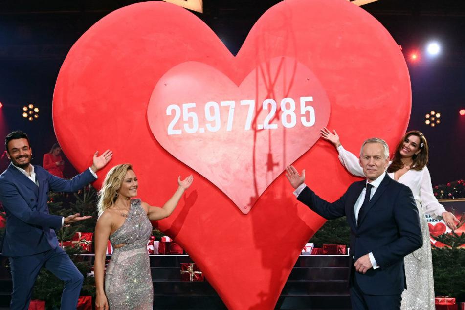 """Moderator Johannes B. Kerner (55, 2.v.r.) und Sängerin Helene Fischer (36, 2.v.l.) präsentieren den Spendenendstand am roten Herz von 25 977 285 Euro bei der TV-Spendengala """"Ein Herz für Kinder""""."""