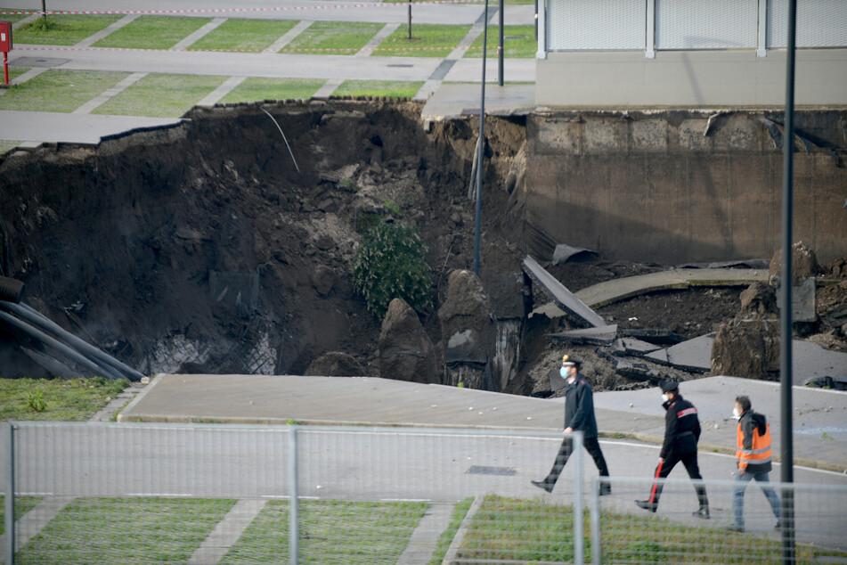 Ein 50-Meter-Sinkloch ist inmitten des Parkplatzes des Krankenhauses Ospedale del Mare in Ponticelli zu sehen.
