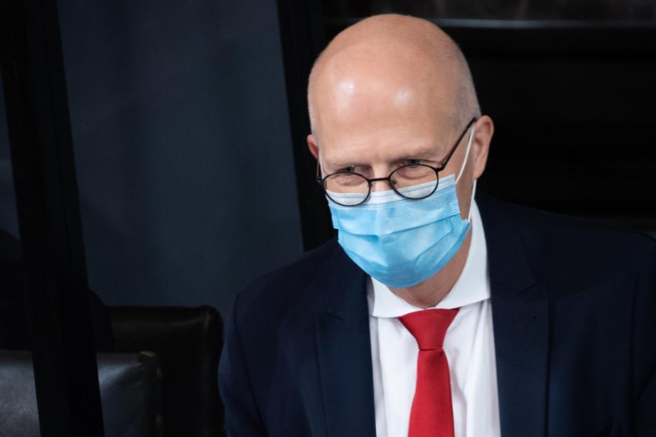 Peter Tschentscher (SPD) nimmt mit Mund-Nasen-Schutz an einer Sitzung der Hamburgischen Bürgerschaft im Großen Festsaal im Rathaus teil.