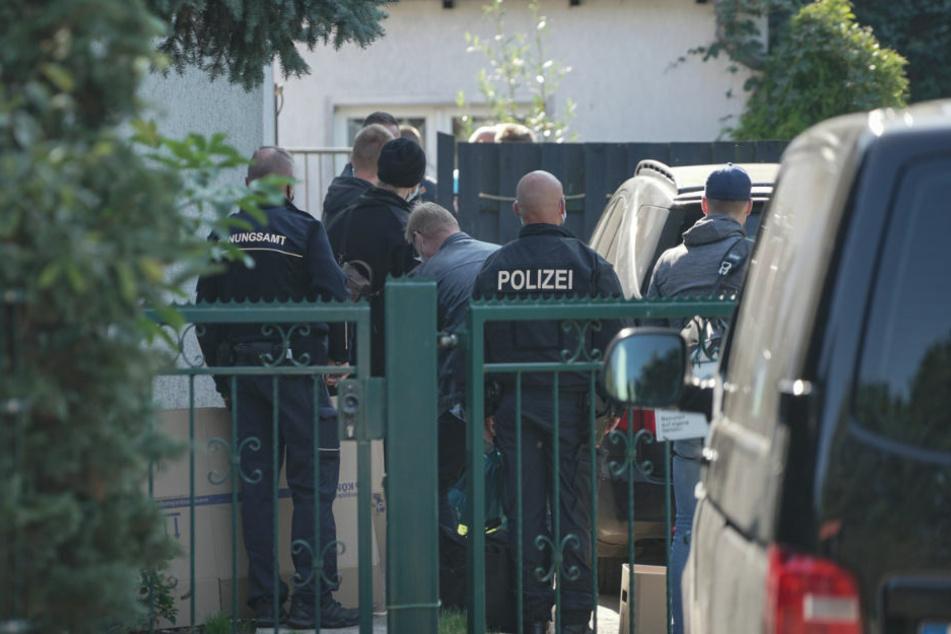 Wegen Extremismusverdachts haben Polizeiermittler am Montag bei Neubrandenburg Wohn- und Büroräume eines 40-jährigen Mannes durchsucht.
