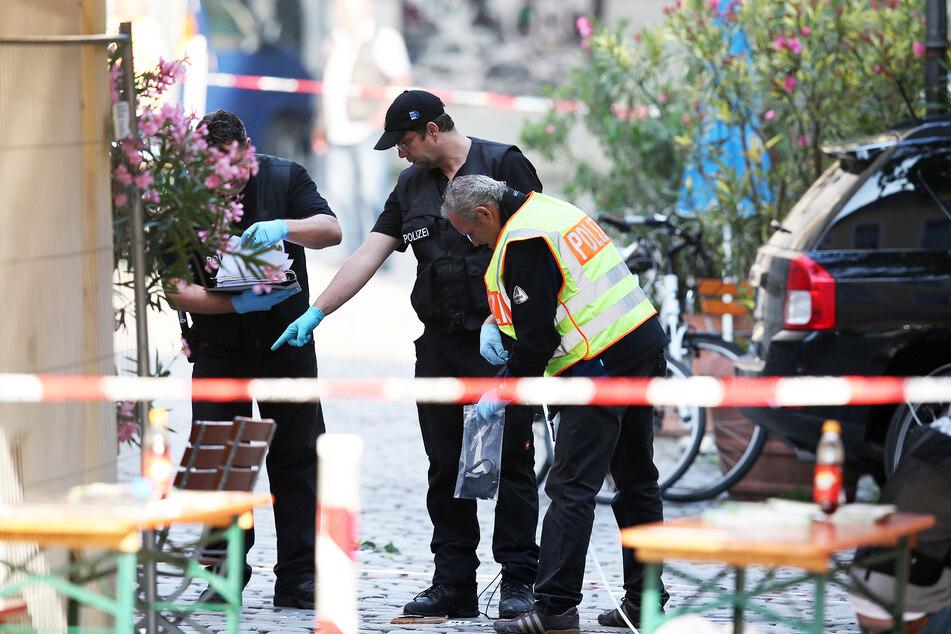 Ermittler der Polizei arbeiten am Tatort eines Bombenanschlags in Ansbach. (Archivbild)