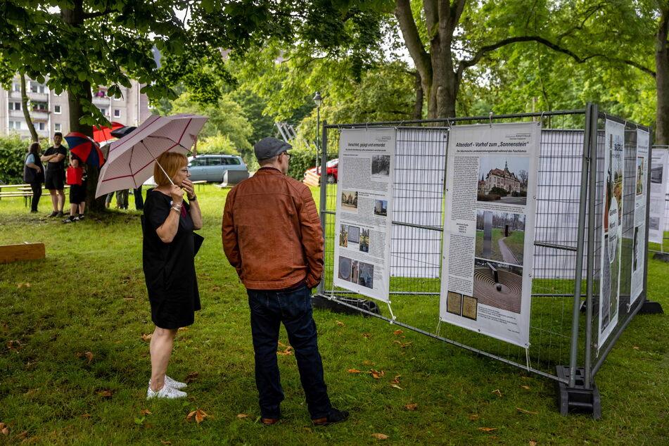 """Beim """"Festival gegen das Vergessen"""" im Park der Opfer des Faschismus erinnerten Ausstellungen an die Zeit des Nationalsozialismus."""