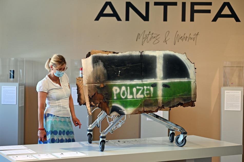 """Einen Einkaufswagen als Symbol für die Eskalation der Silvesternacht in Leipzig-Connewitz stellt die Gruppe Peng! unter dem Titel """"Antifa - zwischen Mythos und Wahrheit"""" in den Kunstsammlungen Chemnitz aus."""