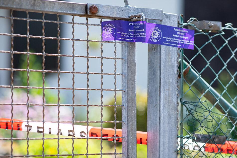 Bei den Ermittlungen nach schwerem sexuellem Missbrauch von Kindern klebt ein Polizeisiegel an dem Gartentor vor der Gartenlaube, wo der vermutliche Haupttäter Teile seiner Server-Anlage unterbrachte. Die Ermittler fanden darin u.a. noch Festplatten und Videokameras. Die Ermittler informierten am Samstag in Münster in einem mehrere Bundesländer umfassenden Fall über 11 Festnahmen und 7 Haftbefehle wegen schweren sexuellen Missbrauchs von Kindern. Das Ermittlungsverfahren laufe erst seit rund dreieinhalb Wochen, stehe also noch am Anfang, sagte der Staatsanwalt.