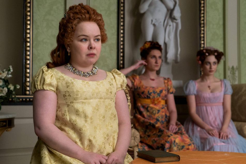Nicola Coughlan (34, l.) portrays Penelope Featherington in Bridgerton.