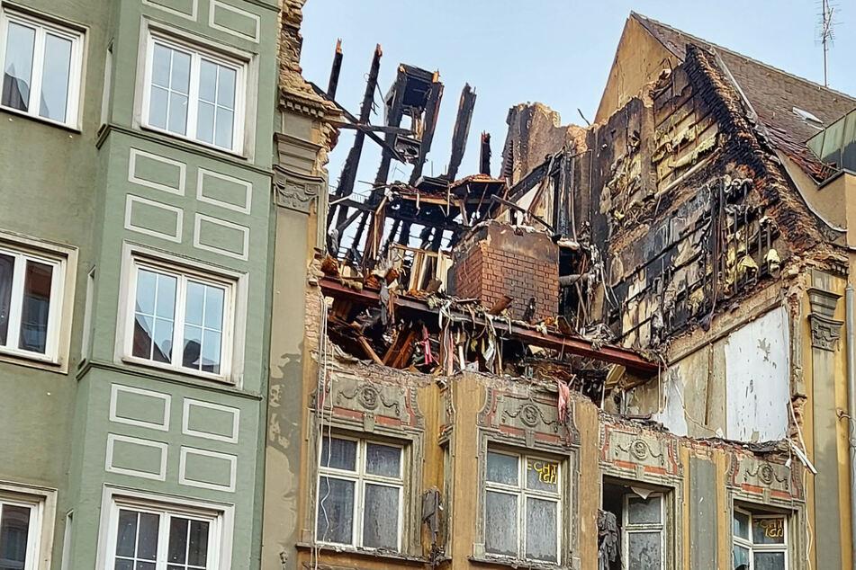 Nach dem Feuer in einem historischen Haus im Zentrum von Augsburg geht die Polizei von einem E-Scooter-Akku als Brandursache war.