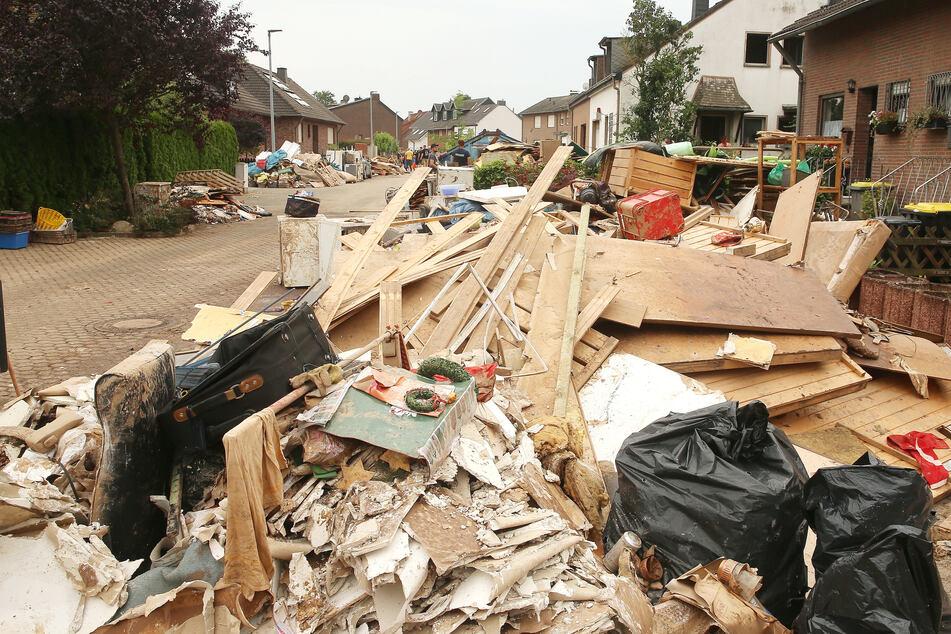 In Erftstadt liegt nach der Unwetter-Katastrophe noch immer viel Sperrmüll auf den Straßen.