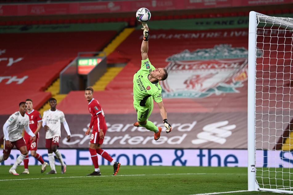 Seit 2018 spielt Bernd Leno für den FC Arsenal. Hier fliegt er in einer Partie gegen den englischen Meister Liverpool durch die Lüfte.