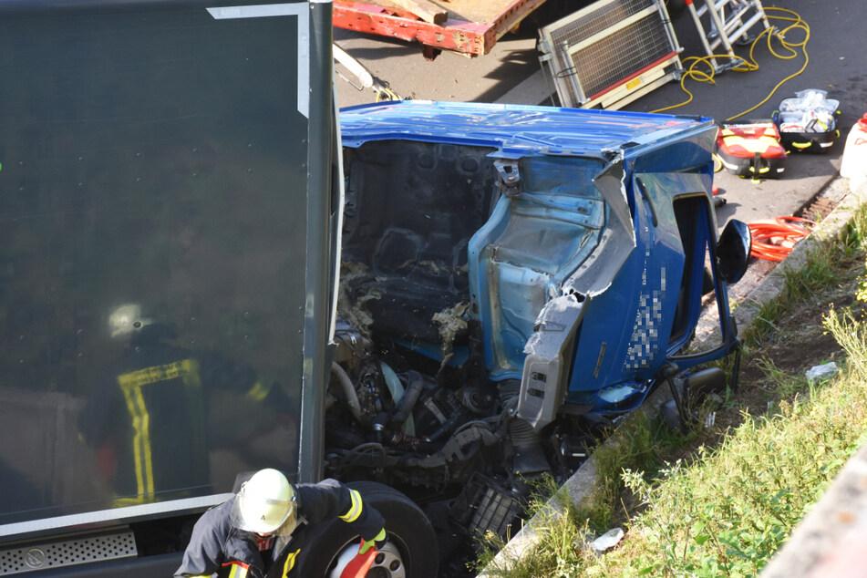 Der Fahrer des vorderen Lastwagens, dessen Kabine gegen die Leitplanke gekracht und abgerissen war, erlitt schwere Verletzungen.
