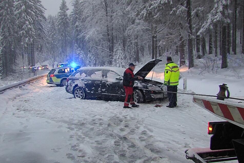Audi rutscht in LKW: Fahrerin verletzt