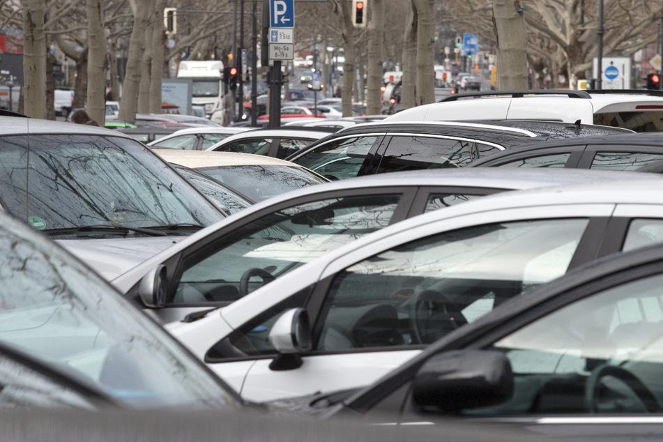 Autos parken dicht an dicht auf dem Mittelstreifen. Die Unternehmen Daimler und BMW wollen ihren Park-Dienst nun verkaufen.