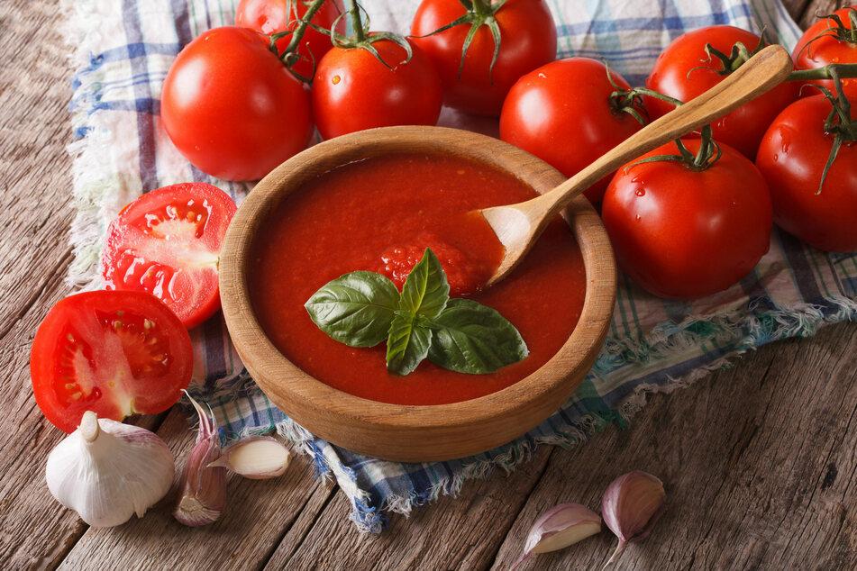 Tomaten lassen sich mit wenigen Handgriffen zu schmackhafter Tomatensauce verwandeln.