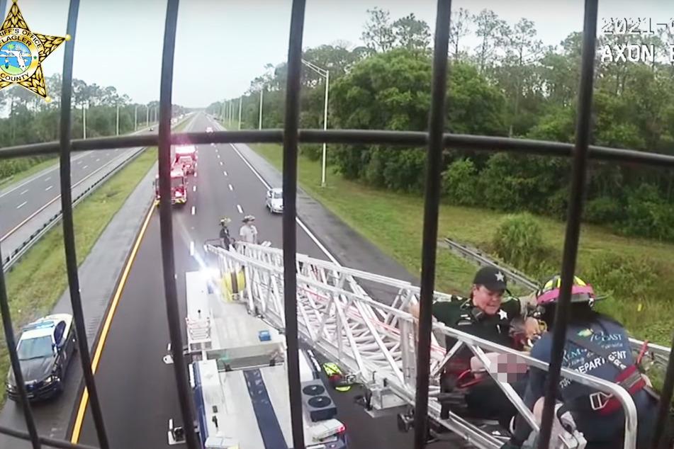 Die Feuerwehr rückte mit Drehleiter an und rettete so das Mädchen von der Brüstung.
