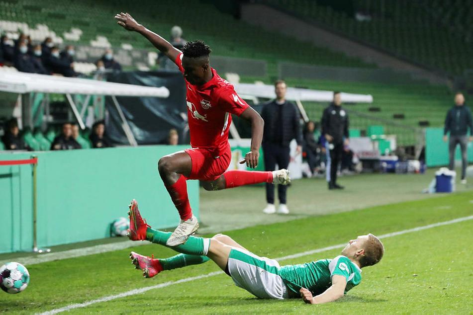 Kampfbetont ging es im ersten Durchgang zu, hier grätscht Ludwig Augustinsson (r.) Leipzigs Amadou Haidara den Ball vom Fuß.