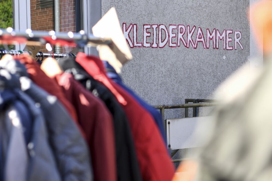 Bayerns Kleiderkammern öffnen allmählich wieder ihre Türen. (Symbolbild)