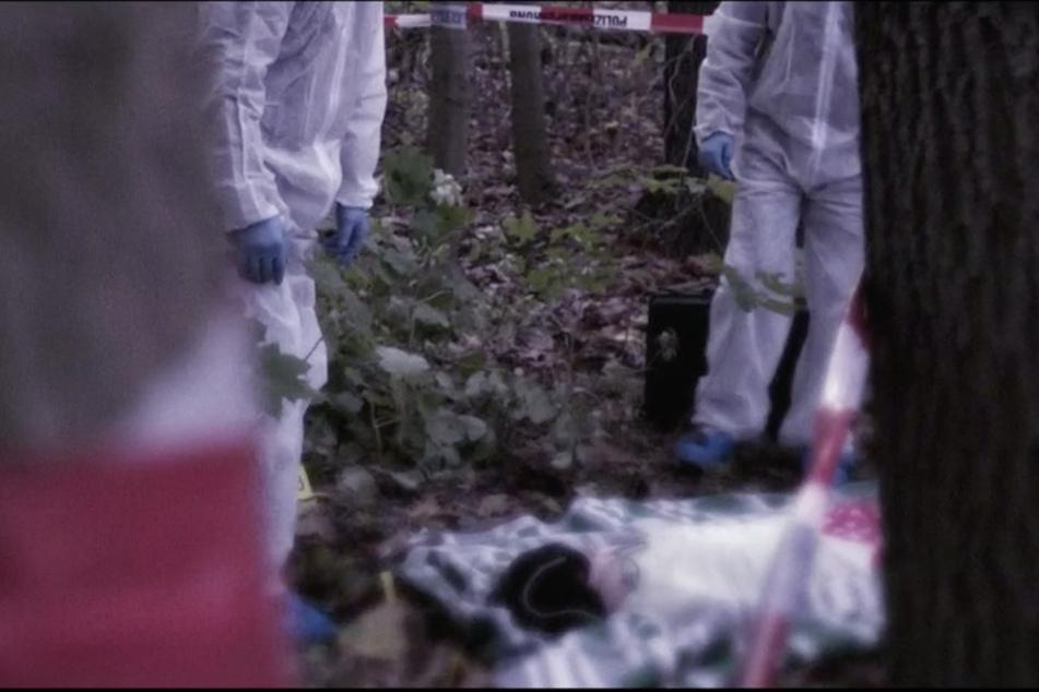 """Eine nachgestellte """"Kripo live""""-Szene des Auffindeorts. Maja war in eine Decke eingewickelt und verschnürt worden."""