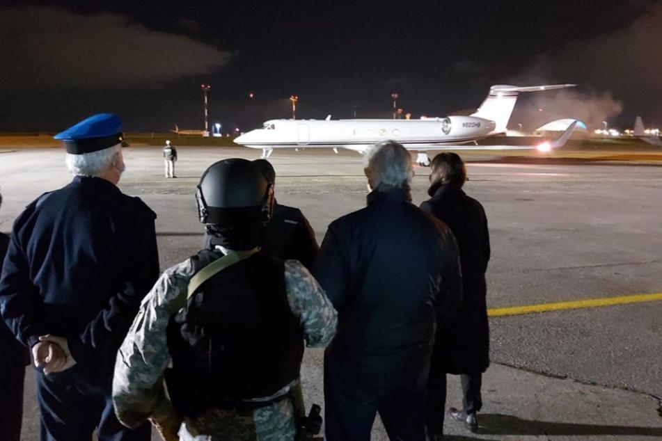 Sicherheitskräfte bringen Drogenboss Gerardo González Valencia zum Flugzeug.